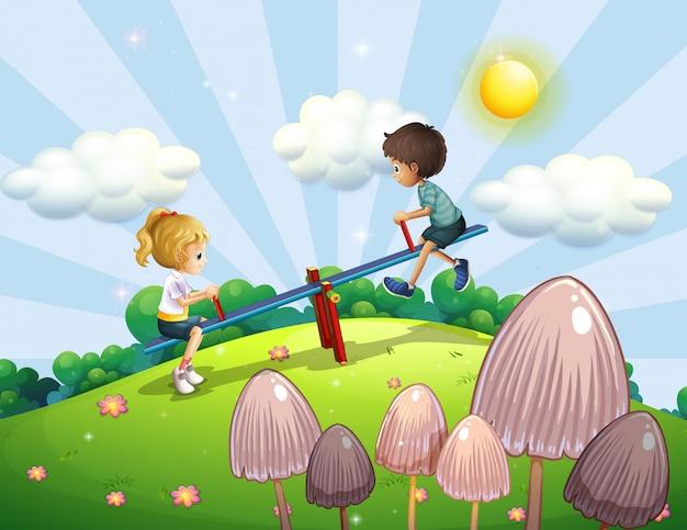 Un niño y una niña montando un balancín.