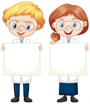 Niño y niña con papel en blanco