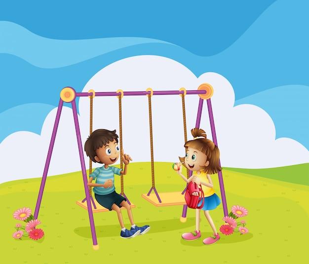 Un niño y una niña en el patio de recreo.