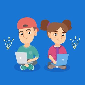 Niño y niña trabajando en computadoras portátiles con bombillas idea.
