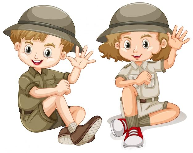 Niño y niña en traje de safari saludando hola