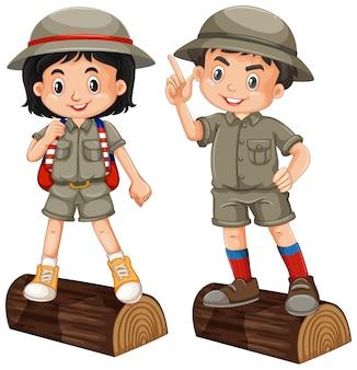 Niño y niña en traje de safari sobre fondo blanco.