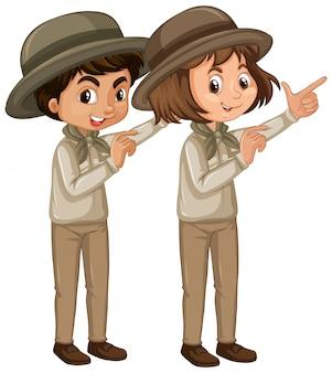 Niño y niña en uniforme de explorador en blanco