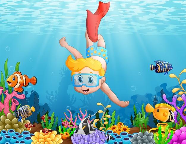 Niño pequeño buceo en el mar