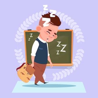 Niño pequeño de la escuela sueño cansado de pie