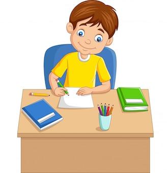 Niño pequeño de dibujos animados estudiando en la mesa