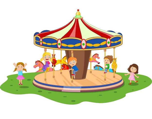 Niño pequeño de dibujos animados jugando carrusel de juego