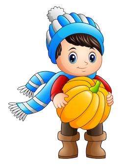 Niño pequeño de dibujos animados sosteniendo una calabaza