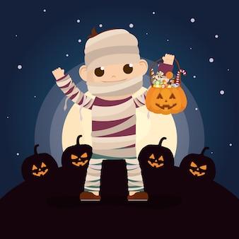 Niño pequeño con disfraz de momia en la noche