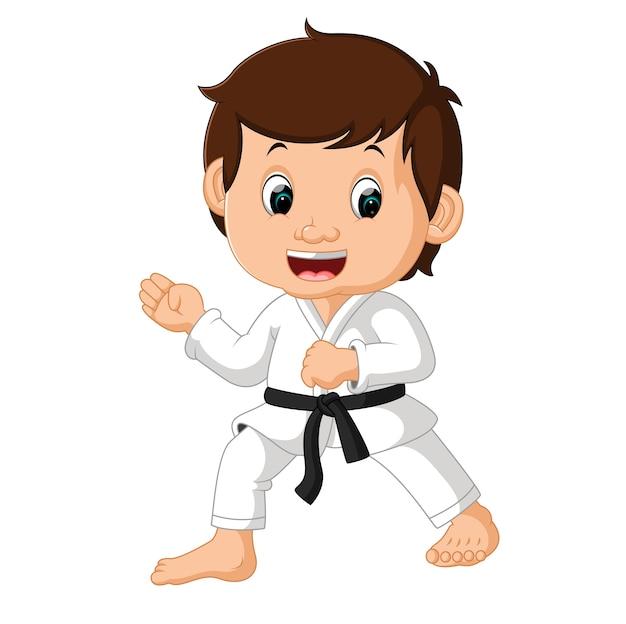 Niño pequeño karate de entrenamiento