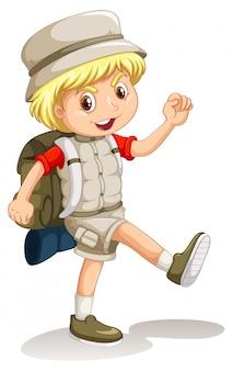 Niño pequeño con mochila ir de camping