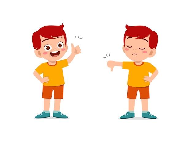 Niño pequeño muestra el gesto de la mano pulgar hacia arriba y pulgar hacia abajo