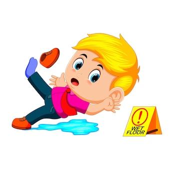 Niño resbalando en piso mojado