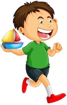 Un niño sosteniendo un personaje de dibujos animados de juguete de barco aislado sobre fondo blanco.