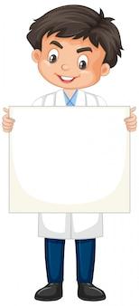 Niño vestido con bata de laboratorio en blanco