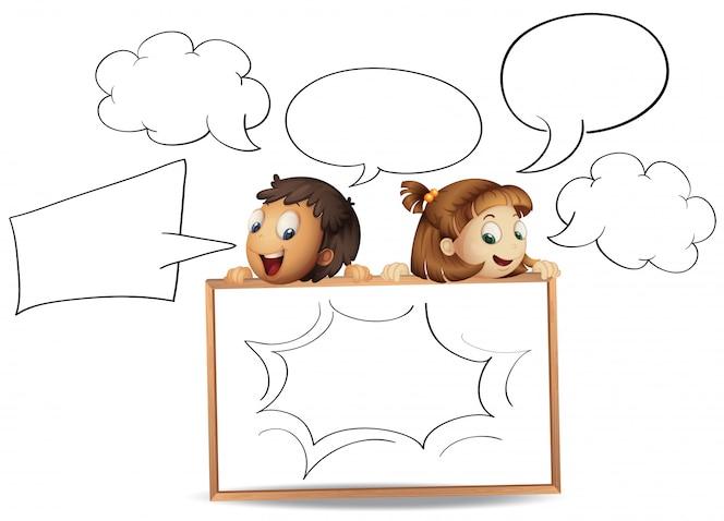 Niño y niña con plantillas de burbujas de discurso