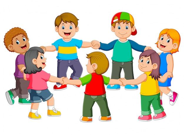 Los niños se abrazan para hacer una ronda.