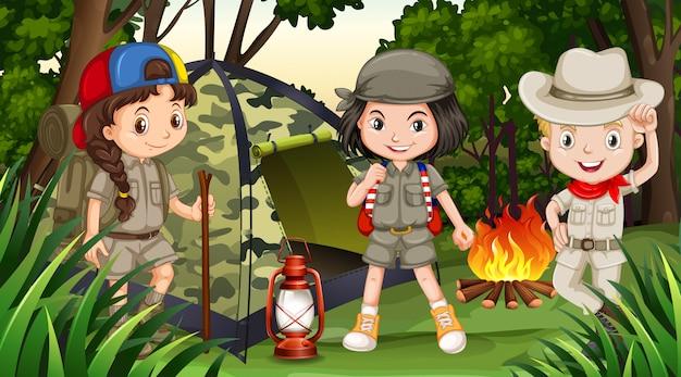 Niños acampando en el bosque profundo.