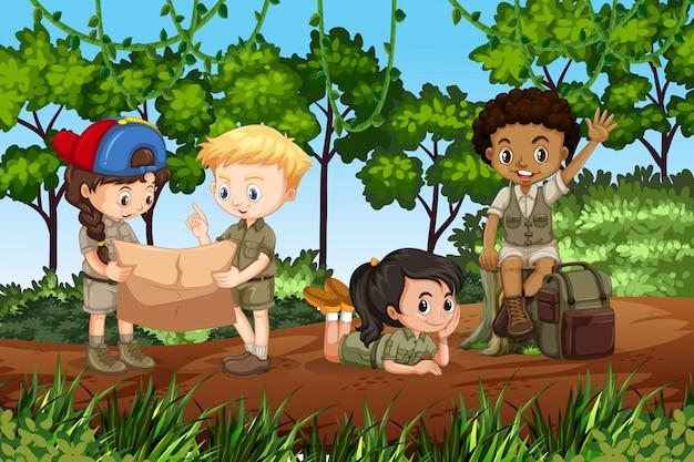 Niños acampando en el bosque.
