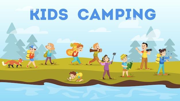 Niños acampando. niños caminando con la mochila.