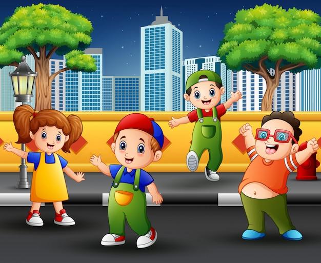 Niños en la acera con escena urbana.