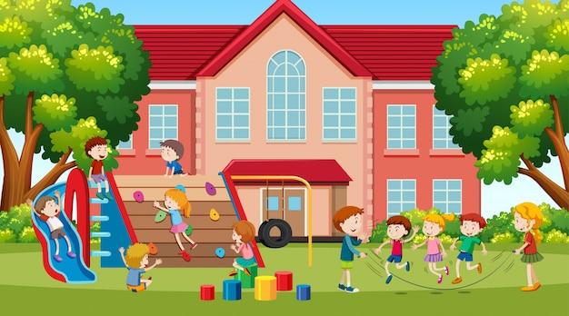 Niños activos, chicas y amigos jugando actividades deportivas al aire libre.