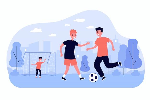Niños activos jugando al fútbol al aire libre
