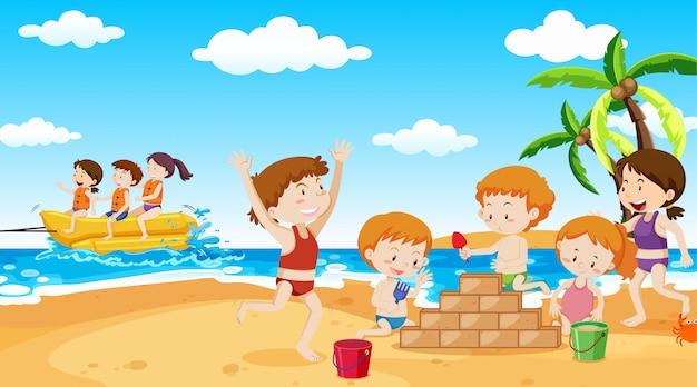 Niños activos jugando en escena al aire libre.