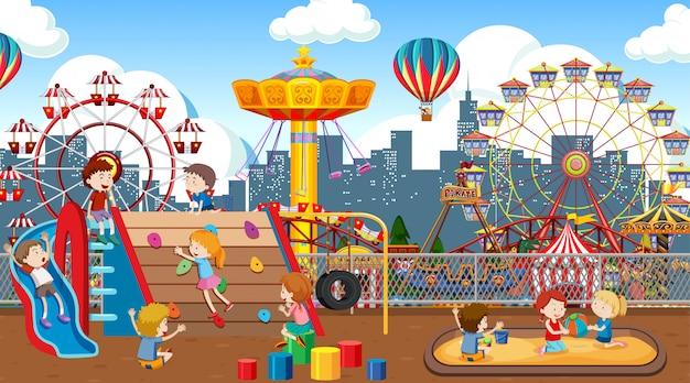 Niños activos jugando en escena al aire libre