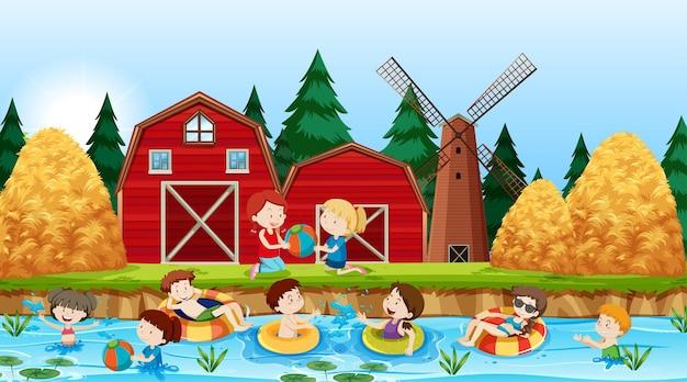 Niños activos jugando en el río.