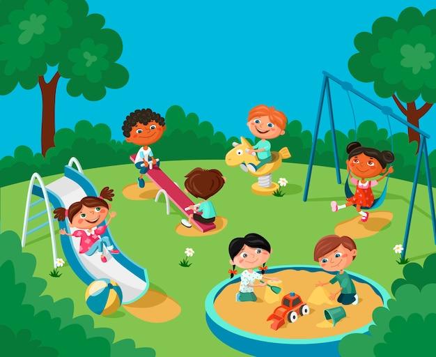 Los niños alegres se divierten en el patio de recreo.