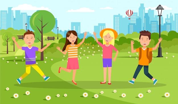 Niños alegres felices caminando en el parque de la ciudad.