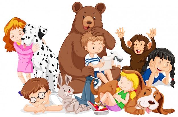 Niños con animales en el fondo aislado
