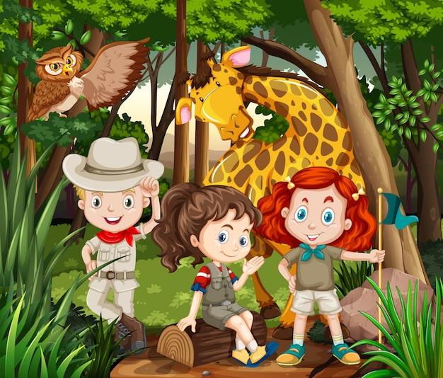 Niños y animales salvajes en el bosque.