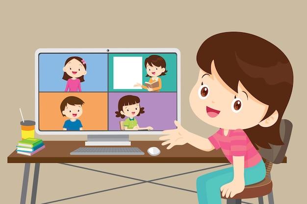Niños de aprendizaje en línea que usan la computadora, linda estudiante que trabaja con la computadora