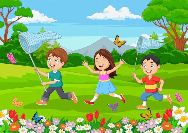 Niños atrapando una mariposa en el parque