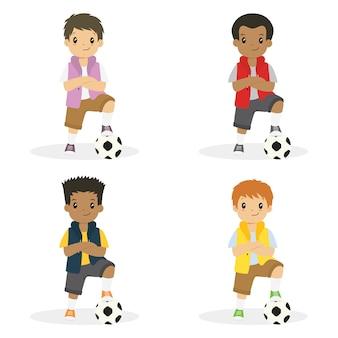 Niños con el brazo cruzado y el pie izquierdo en un conjunto de vectores de balón de fútbol