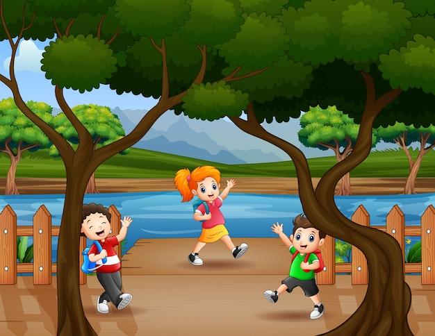 Los niños caminan en el muelle de madera.