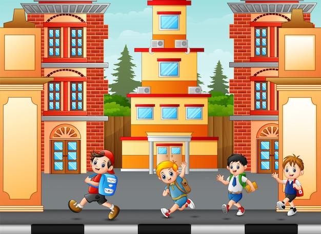 Niños caminando y yendo a la escuela.