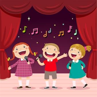Los niños cantan con un micrófono en el escenario.
