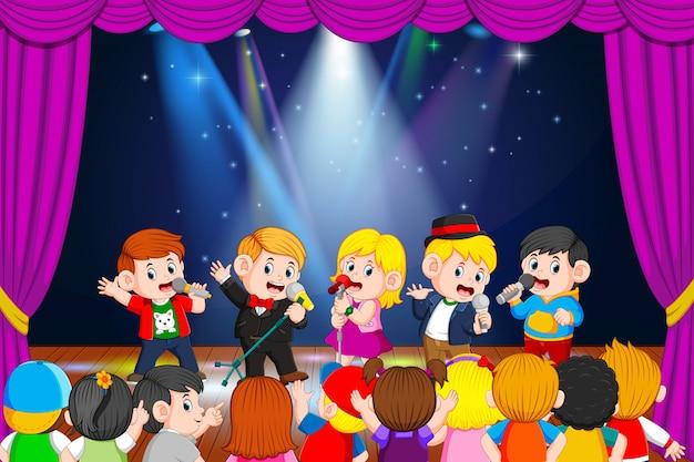 Los niños cantan y sus amigos lo disfrutan.