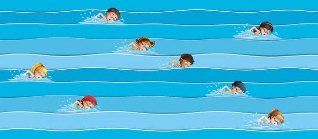Niños en la carrera de natación.
