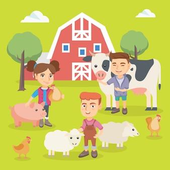 Niños caucásicos jugando con animales de granja.