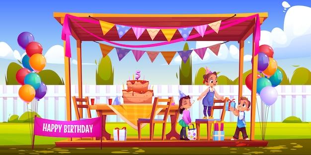 Los niños celebran cumpleaños en el patio trasero