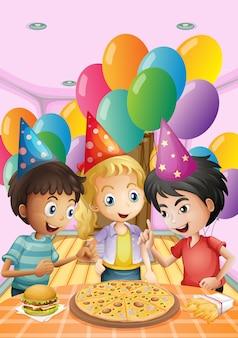 Niños celebrando un cumpleaños con una pizza, hamburguesa y papas fritas.