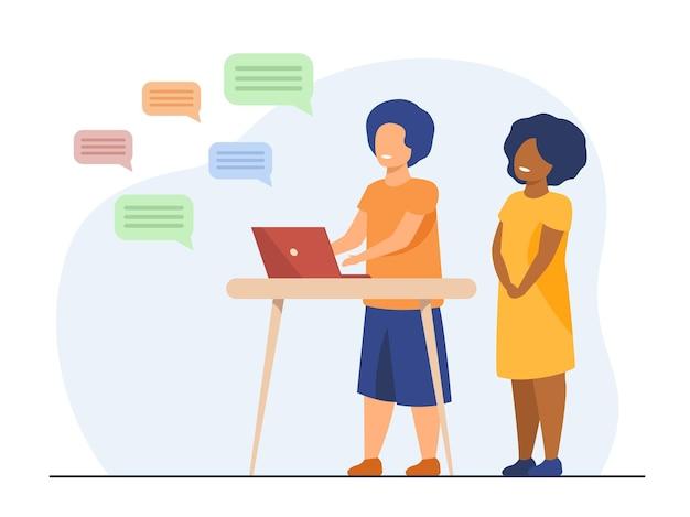 Niños charlando en línea. diversos pares de niños que usan computadora, mensajes de texto. ilustración de dibujos animados