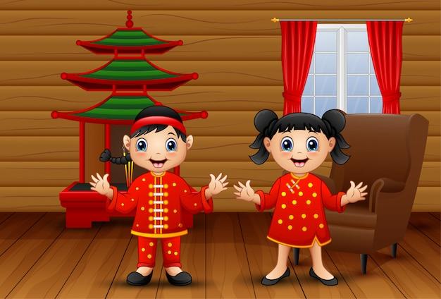 Niños chinos de dibujos animados en la sala de estar