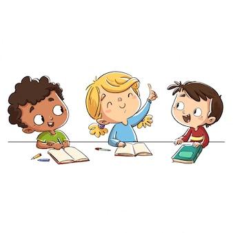Niños en clase con niña levantando la mano.