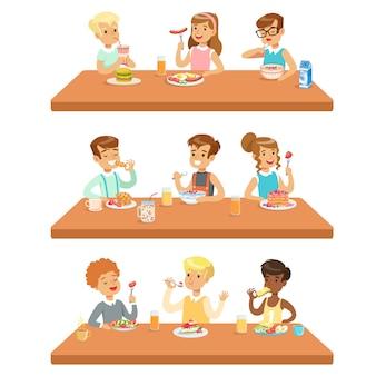 Niños comiendo desayuno y almuerzo comida y bebida refrescos conjunto de personajes de dibujos animados disfrutando de su comida sentados a la mesa