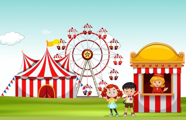 Niños comprando boleto en el parque de diversiones.
